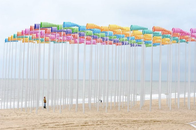 "Photo-souvenir : Daniel Buren, Le Vent souffle où il veut, travail in situ, in ""Beaufort 03"", De Haan, 2009, collection ville de Nieuport. Détail. © DB-ADAGP Paris."